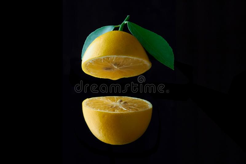 Fruto do limão com a folha isolada no fundo preto imagens de stock
