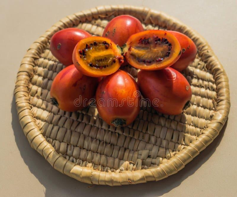 Fruto do Tamarillo na cesta fotografia de stock
