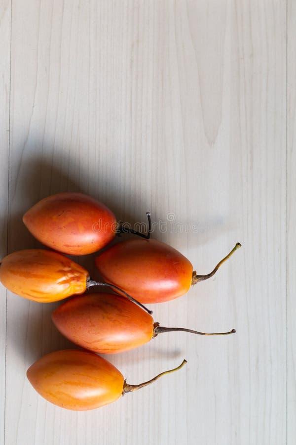 Fruto do Tamarillo na tabela fotos de stock