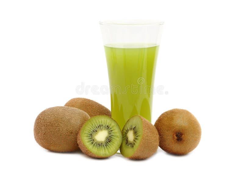Fruto e suco de quivi no fundo branco foto de stock