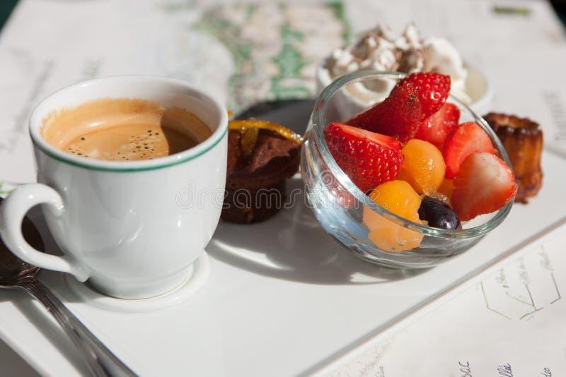Fruto fresco e bolos do café do café imagem de stock