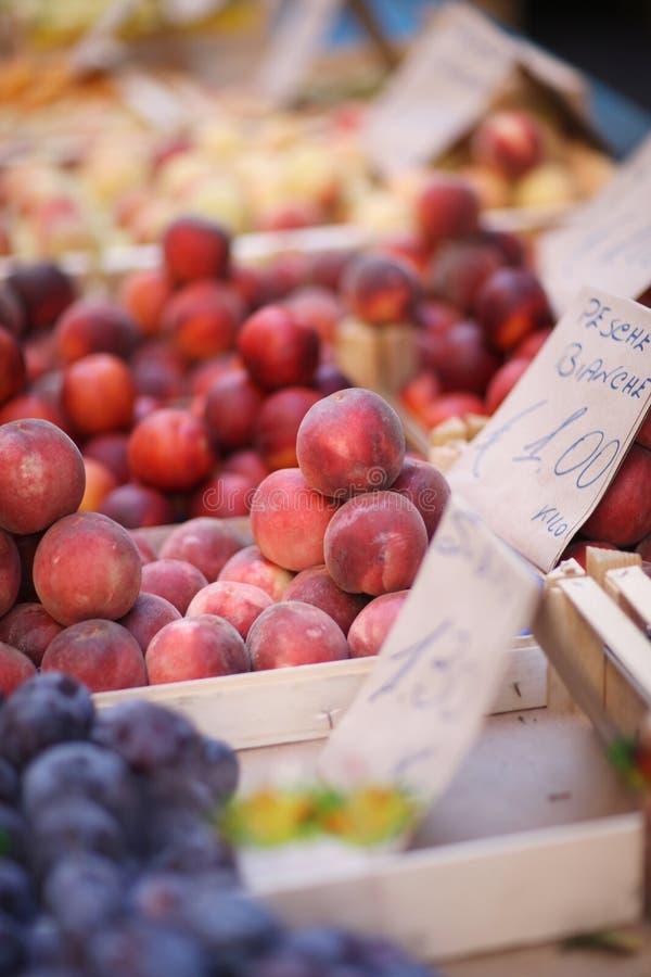 fruto fresco em umas caixas fotos de stock