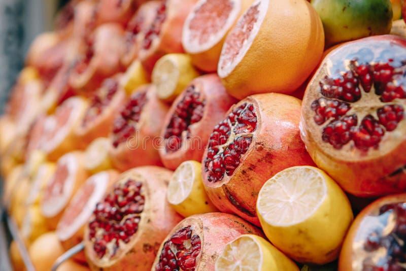 Fruto fresco no contador do mercado, fim acima fotografia de stock royalty free