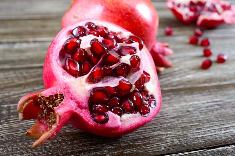 Fruto maduro da romã para fazer o suco fresco da romã na tabela de madeira imagens de stock royalty free