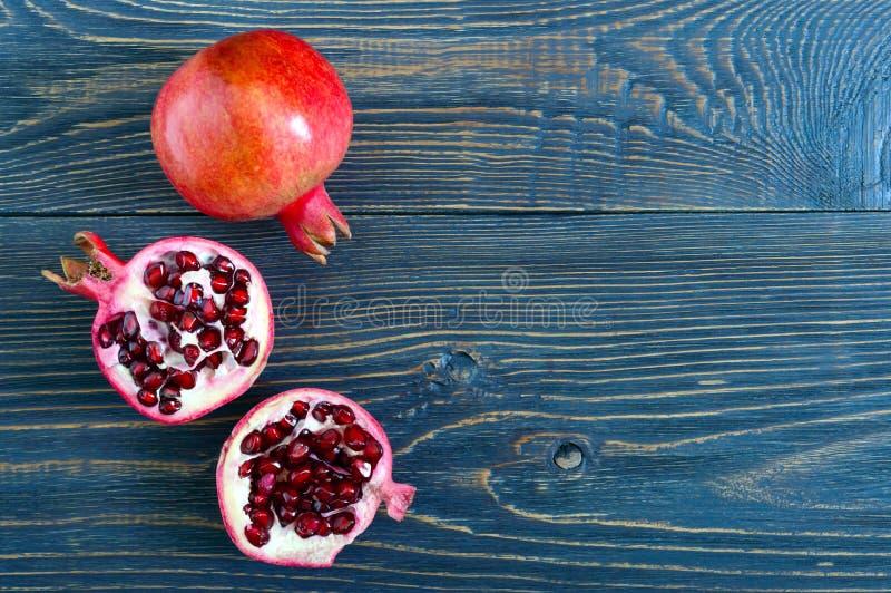 Fruto maduro da romã para fazer o suco fresco da romã na tabela de madeira Conceito saudável comer foto de stock royalty free