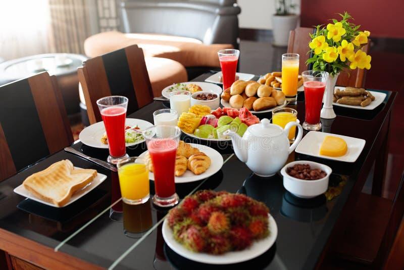 Fruto saudável do café da manhã da família, pão, suco foto de stock royalty free