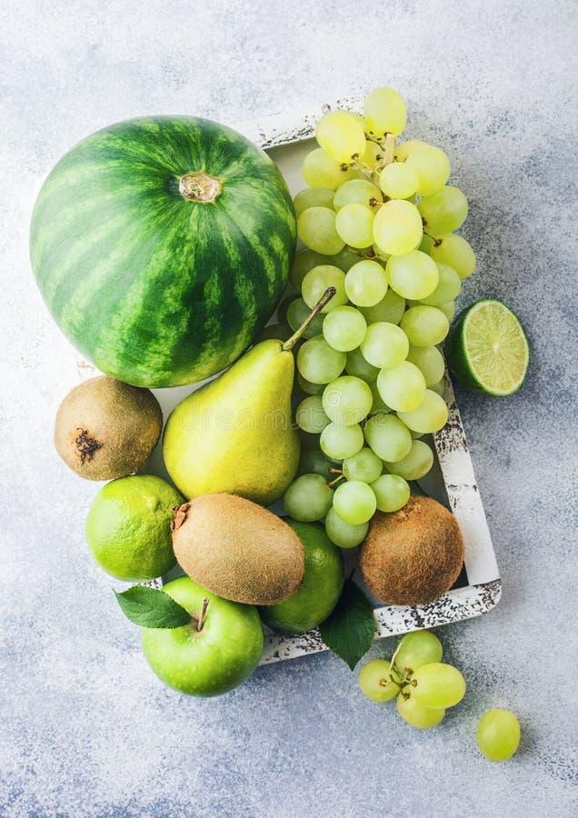 Fruto tonificado verde orgânico cru fresco na caixa branca do vintage no fundo de pedra da cozinha Melancia, pera e uvas com quiv imagens de stock