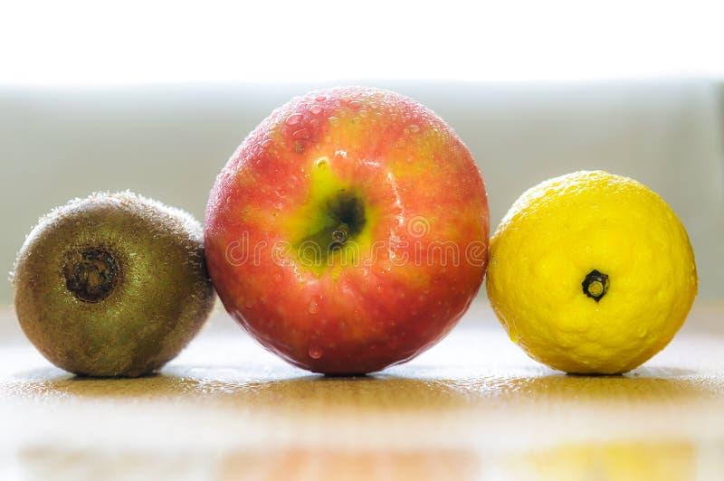 Download Três frutos imagem de stock. Imagem de base, água, maçã - 29848491