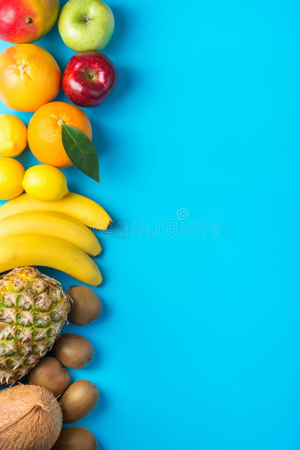 Fruto tropical e sazonal do verão arranjado na beira lateral Maçãs Kiwi Bananas dos limões das laranjas do coco da manga do abaca fotografia de stock royalty free