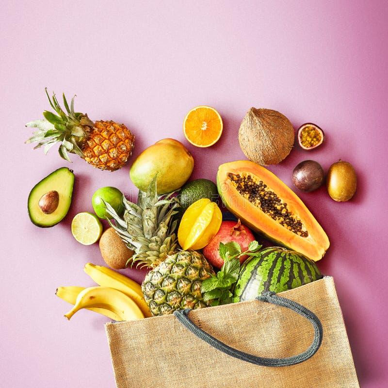 Fruto tropical fresco em um fundo cor-de-rosa colorido fotografia de stock