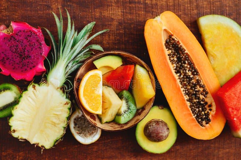 Fruto tropical no fundo de madeira escuro foto de stock royalty free