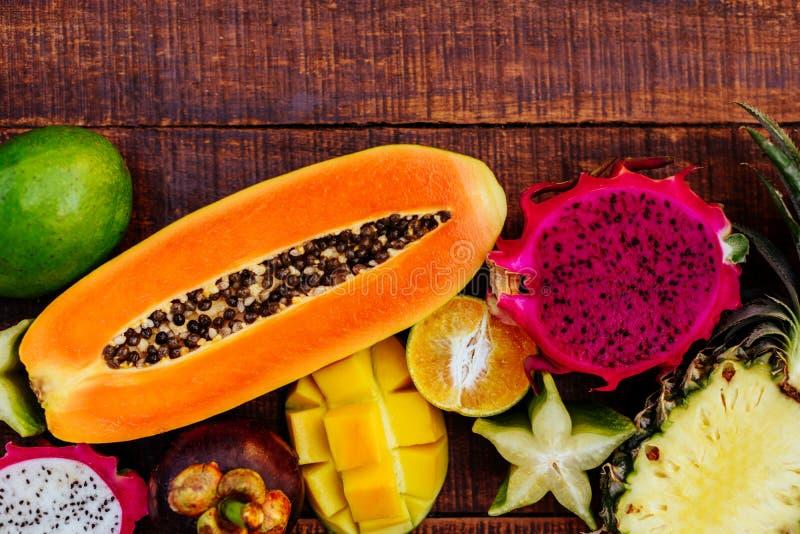 Fruto tropical no fundo de madeira escuro fotografia de stock royalty free