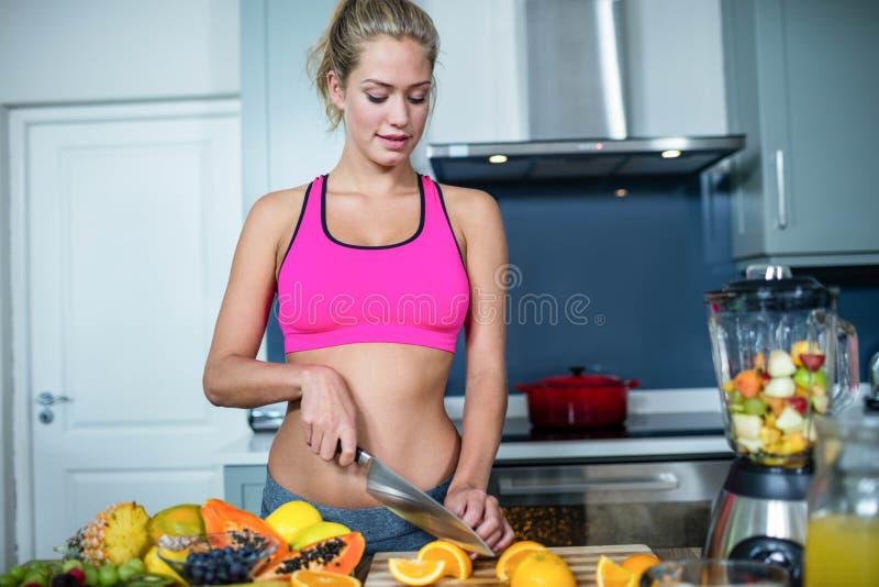 Frutos aptos do corte da mulher foto de stock