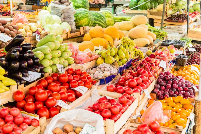 Frutos, bagas e vegetais no contador no mercado de rua imagens de stock