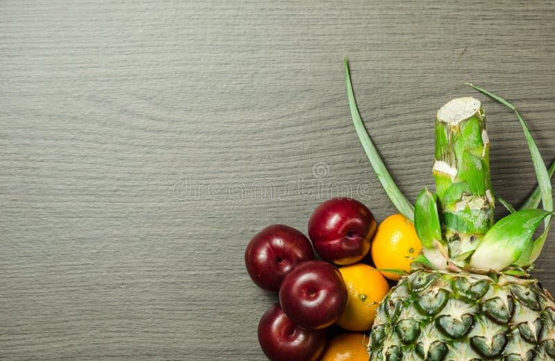 Frutos coloridos na tabela imagem de stock