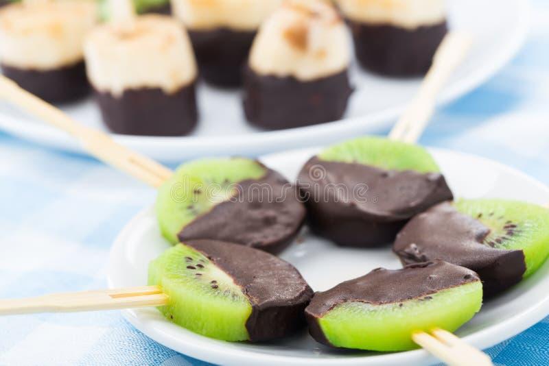 Frutos com chocolate em uma vara foto de stock