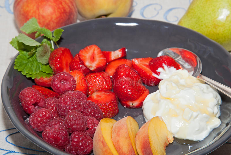 Frutos com iogurte e mel. fotografia de stock