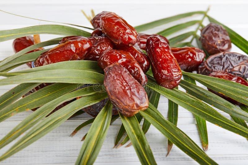 Frutos da data com folhas de palmeira, datas orgânicas cruas prontos para comer Conceito do alimento da ramad? foto de stock