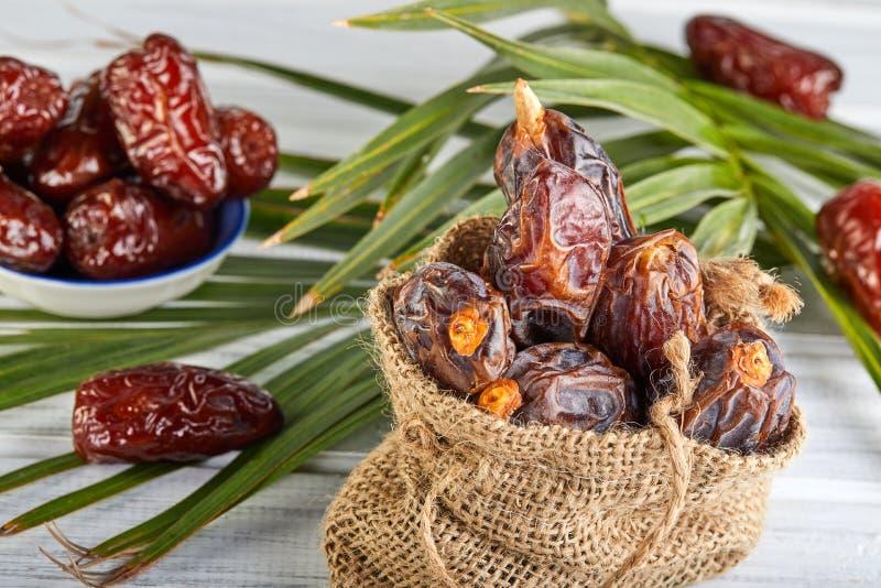 Frutos da data com folhas de palmeira, datas orgânicas cruas prontos para comer Conceito do alimento da ramad? fotografia de stock royalty free