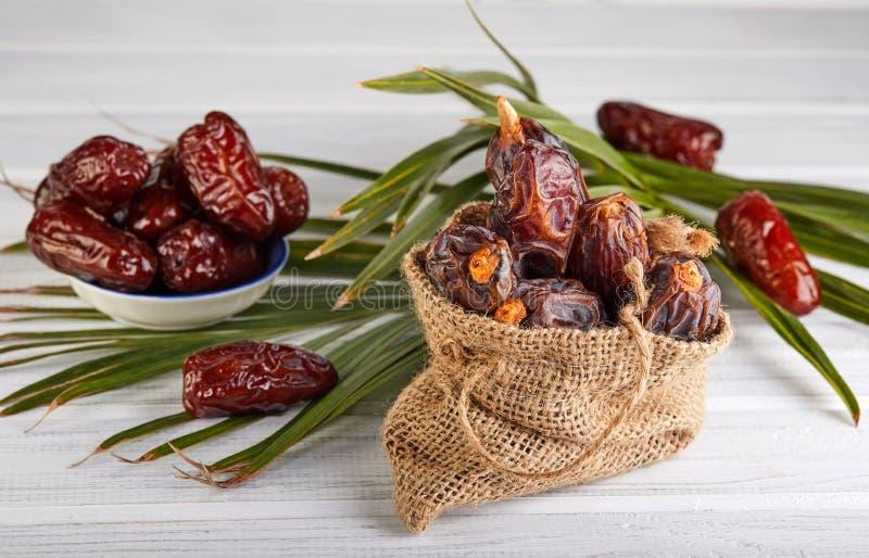 Frutos da data com folhas de palmeira, datas orgânicas cruas prontos para comer Conceito do alimento da ramad? imagem de stock royalty free