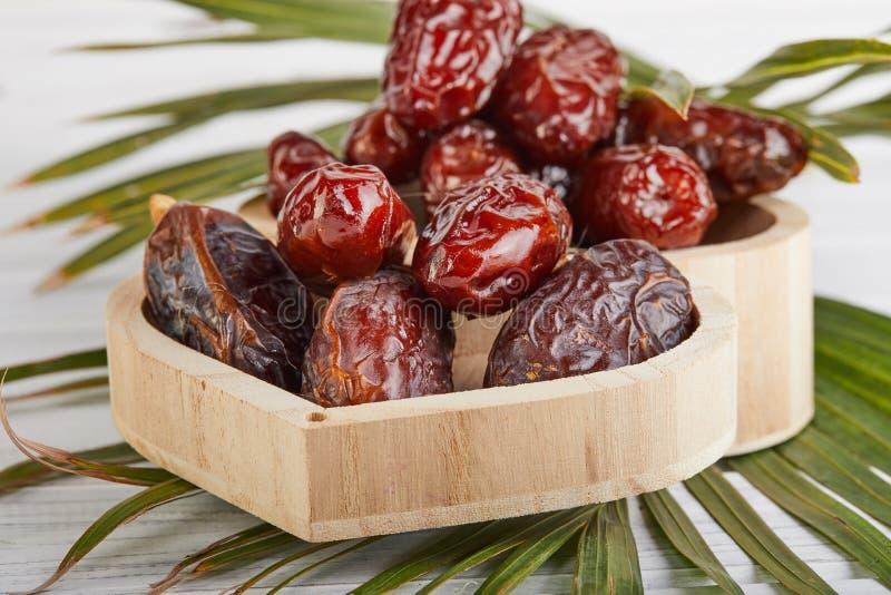 Frutos da data com folhas de palmeira, datas orgânicas cruas prontos para comer Conceito do alimento da ramad? imagens de stock royalty free