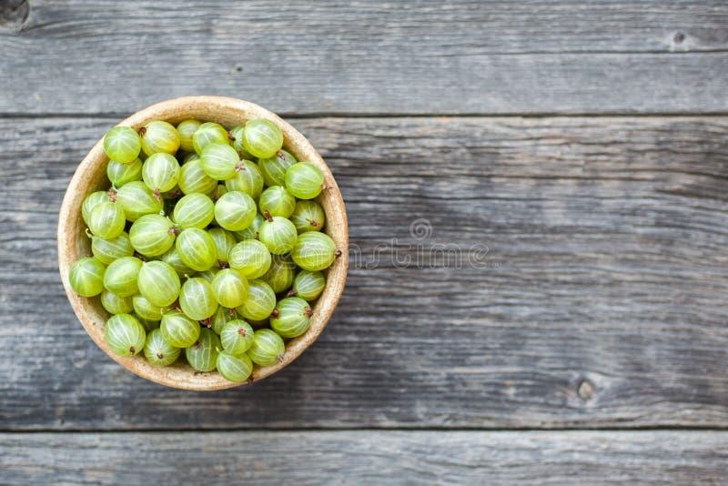 Frutos das groselhas no fundo de madeira foto de stock