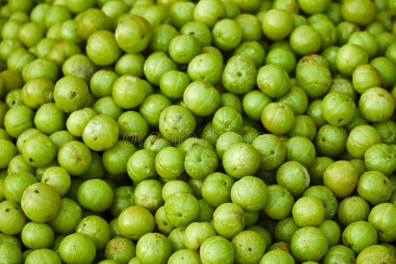 Frutos de Amla no mercado livre indiano imagem de stock royalty free