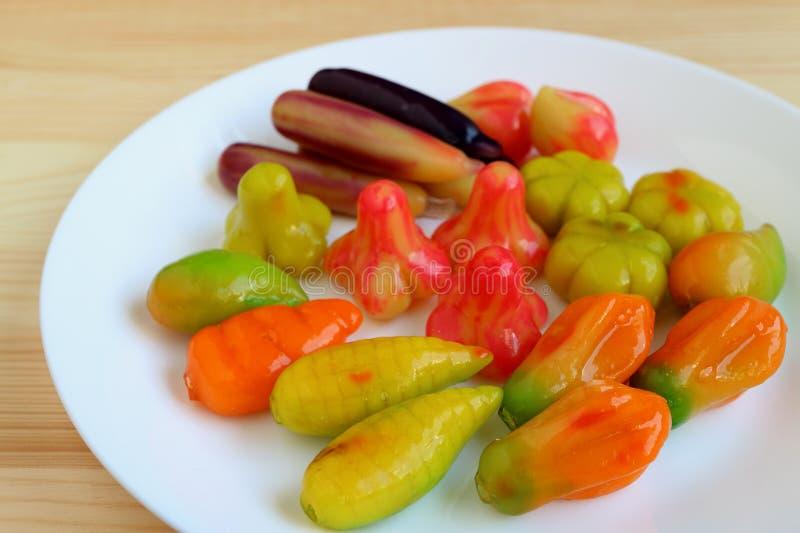 Frutos de imitação Deletable ou Kanom-olhar-Choup, doces tradicionais tailandeses famosos do maçapão servidos na placa branca fotografia de stock royalty free