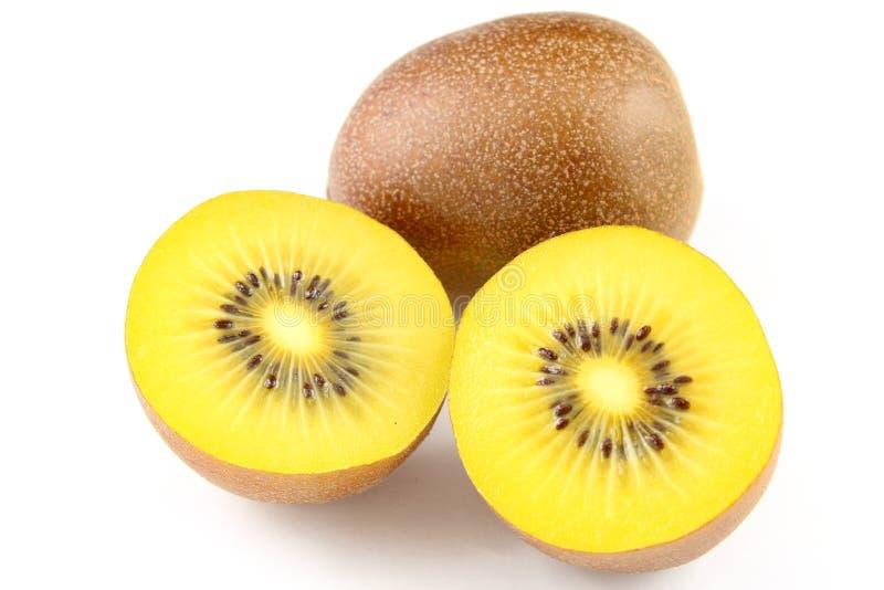 Frutos de quivi amarelos frescos isolados em um fundo branco fotografia de stock