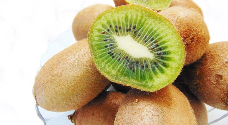 Frutos de quivi com uma seção fotos de stock