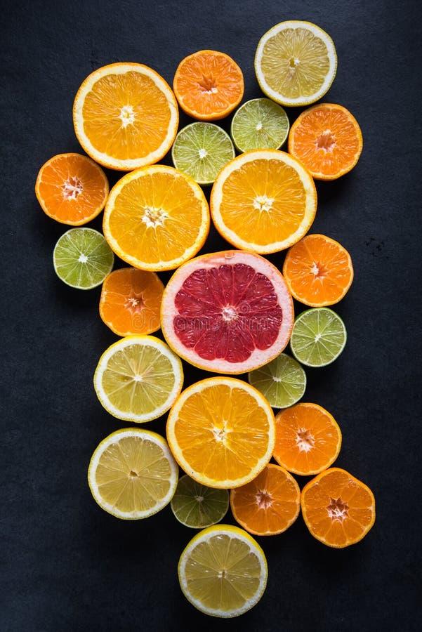 Frutos do corte da metade do citrino no fundo escuro imagens de stock royalty free