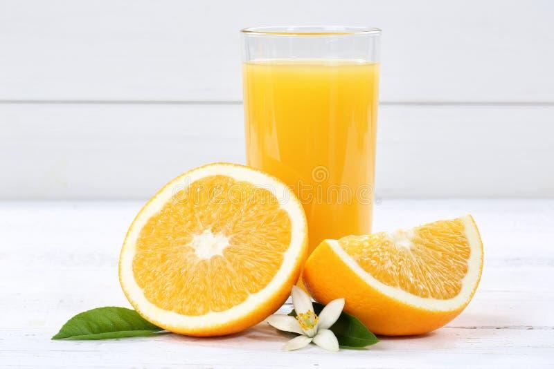 Frutos do fruto das laranjas do suco de laranja foto de stock royalty free