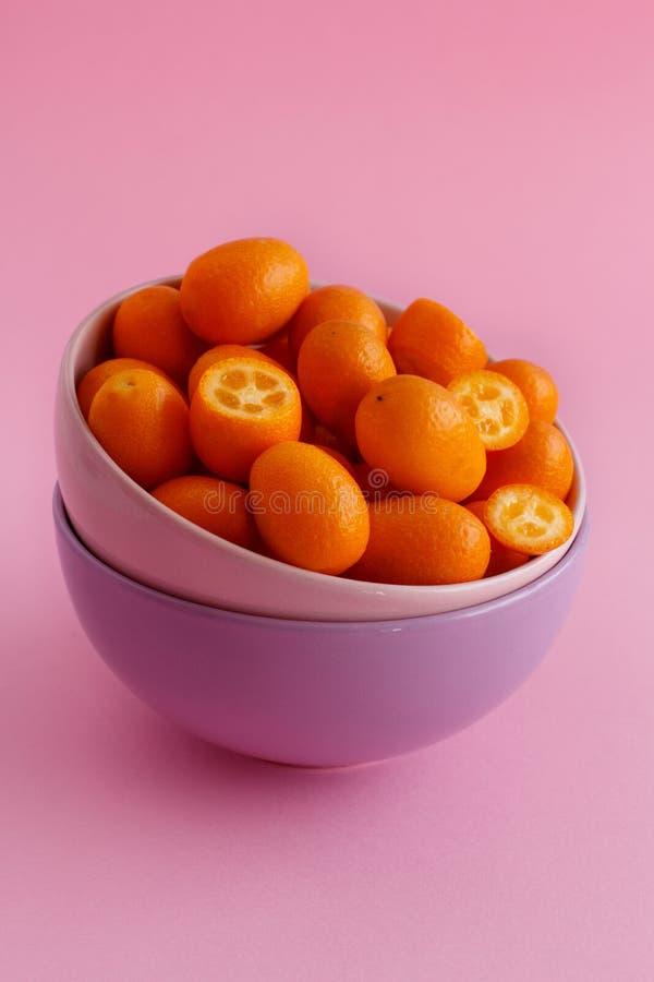 Frutos do Kumquat em um fundo cor-de-rosa imagem de stock