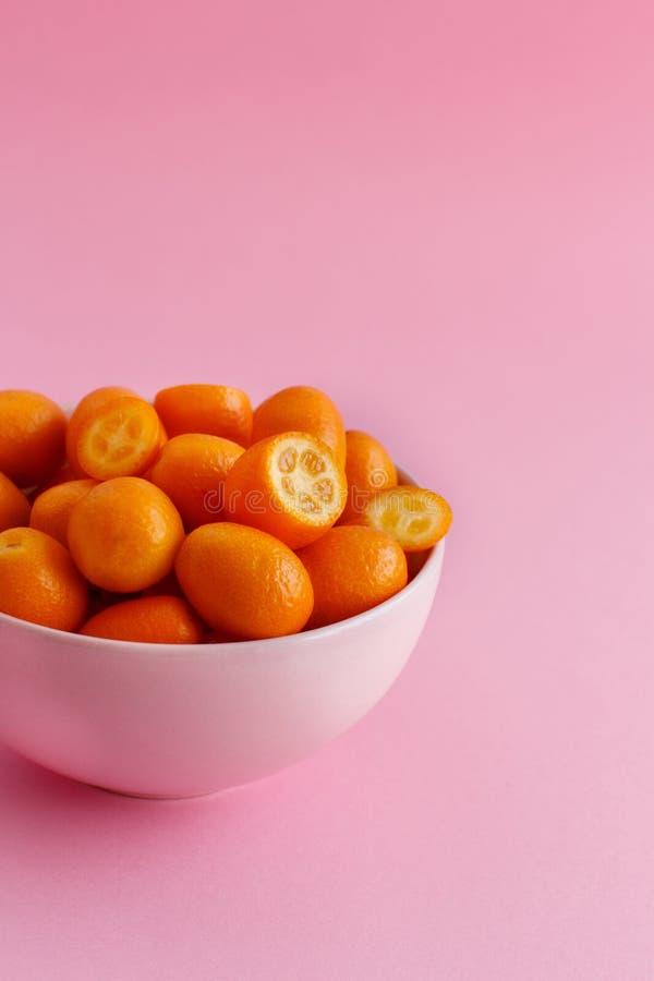Frutos do Kumquat em um fundo cor-de-rosa fotos de stock