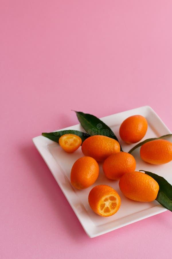 Frutos do Kumquat em um fundo cor-de-rosa imagem de stock royalty free