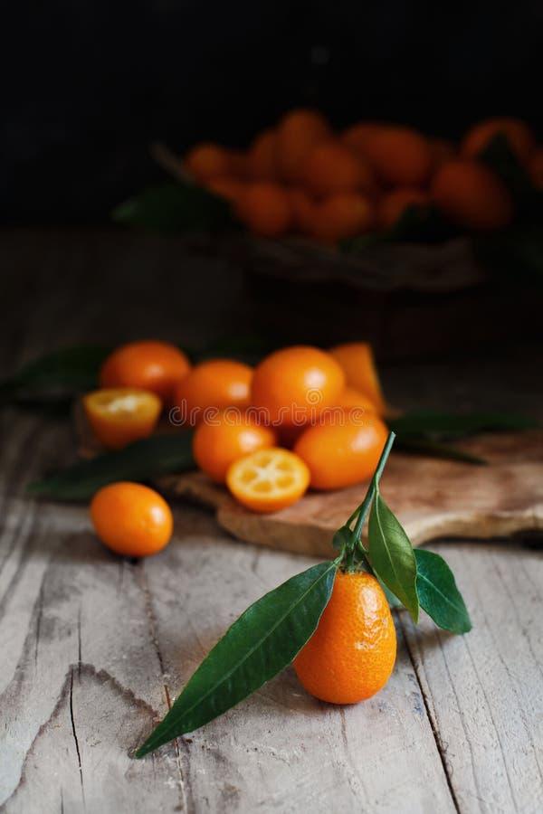 Frutos do Kumquat em um fundo de madeira foto de stock royalty free