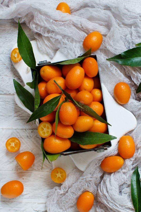 Frutos do Kumquat em um fundo de madeira fotos de stock royalty free