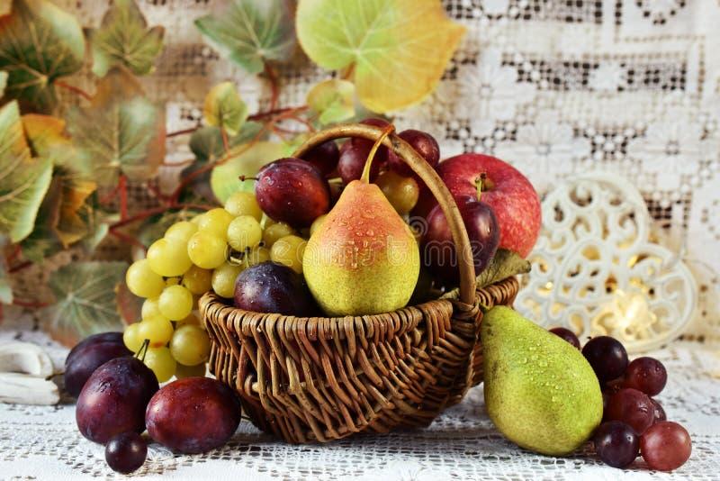 Frutos do outono na cesta do vicker imagem de stock royalty free