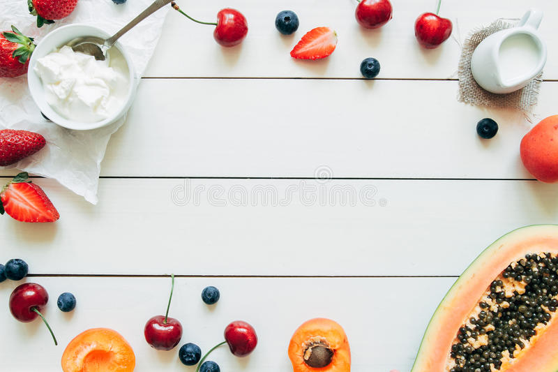 Frutos do verão Bagas e papaia suculentas frescas na tabela de madeira branca, vista superior fotografia de stock royalty free