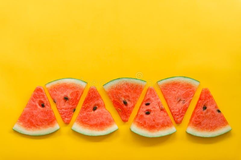 Frutos do ver?o com a melancia fresca no fundo amarelo da cor foto de stock
