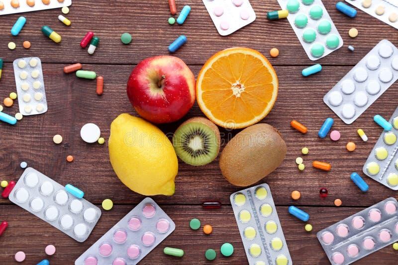 Frutos e comprimidos coloridos imagem de stock