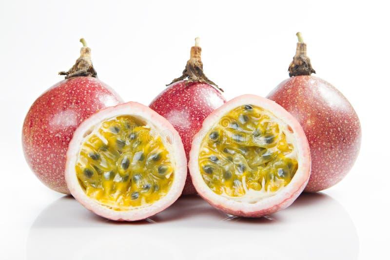 Frutos e fatia de paixão isolados no branco imagens de stock