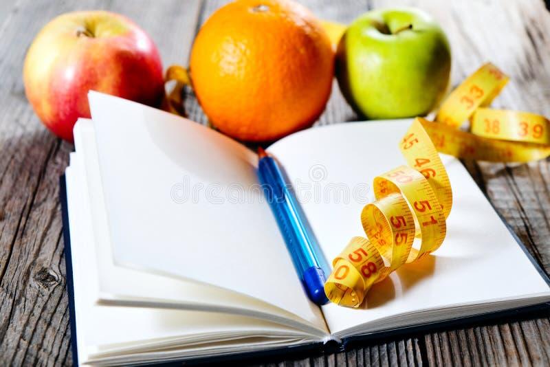 Frutos e plano da dieta da inscrição Plano magro comer da pena Comer e aptidão saudáveis imagens de stock royalty free