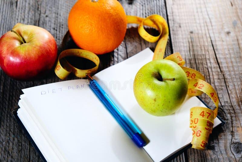Frutos e plano da dieta da inscrição Plano magro comer da pena Comer e aptidão saudáveis imagem de stock