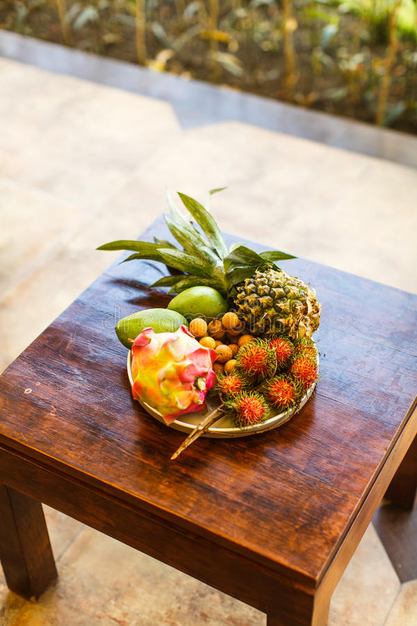 Frutos exóticos na placa: manga, fruto do dragão; manga; abacaxi imagem de stock royalty free