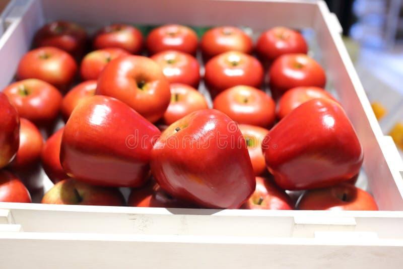 Frutos falsificados e frutos em prateleiras foto de stock royalty free