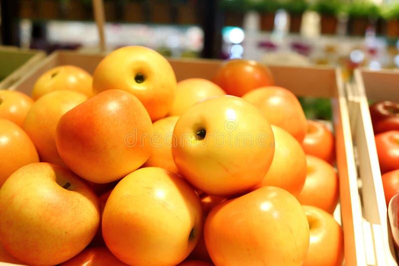 Frutos falsificados e frutos em prateleiras imagem de stock
