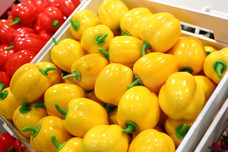 Frutos falsificados e frutos em prateleiras fotografia de stock royalty free