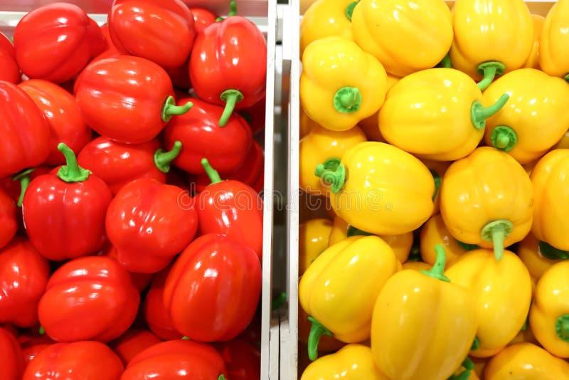 Frutos falsificados e frutos em prateleiras foto de stock