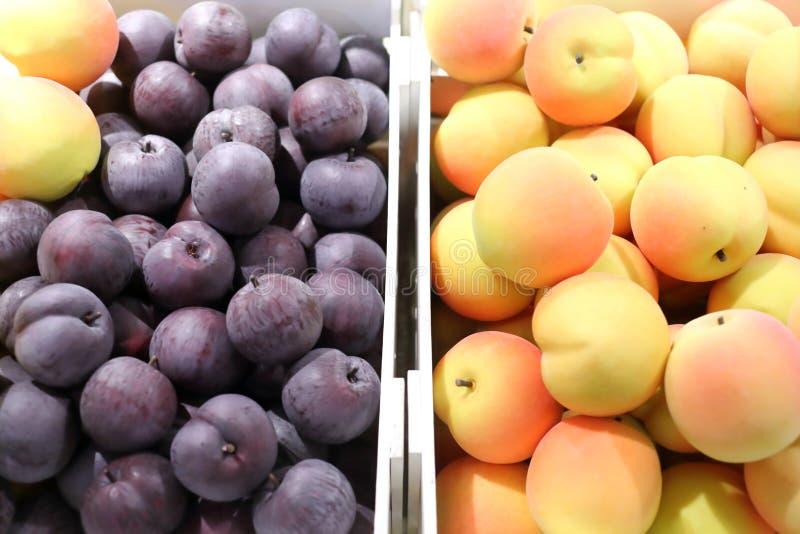 Frutos falsificados e frutos em prateleiras imagens de stock
